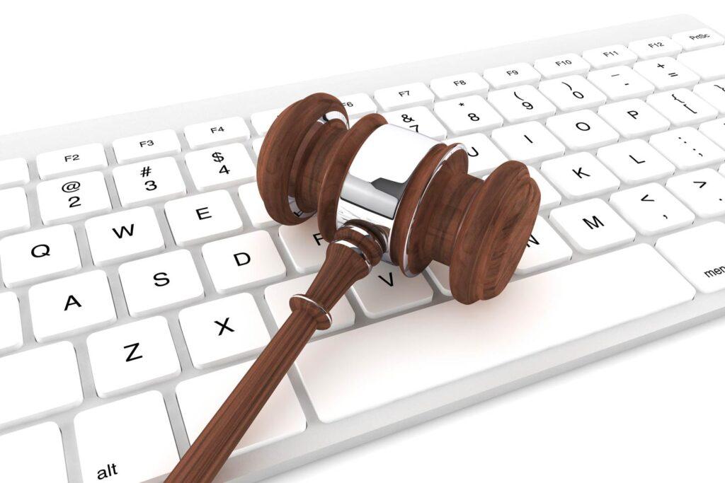 Sudski cekic na tastaturi