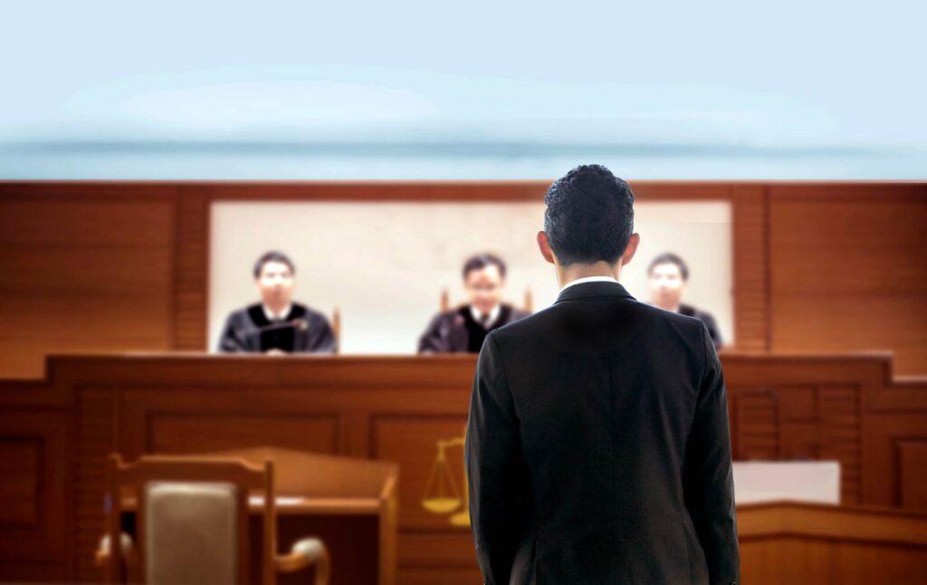 Advokat u sudnici sa sudijama