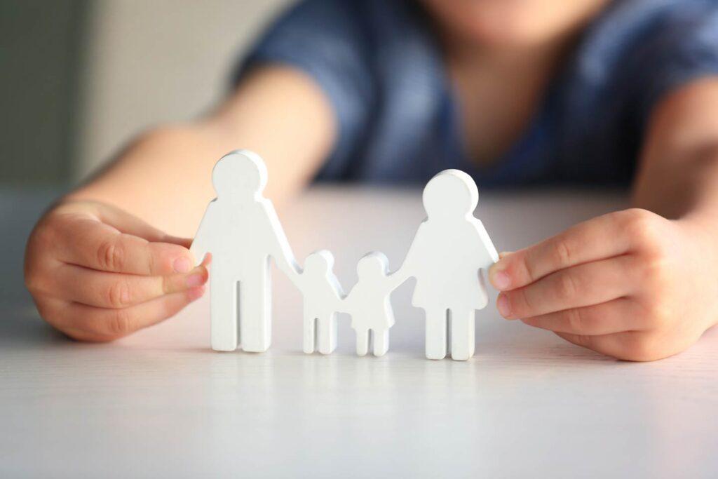 Dete drzi figure u obliku srecne porodice u advokatskoj kancelariji