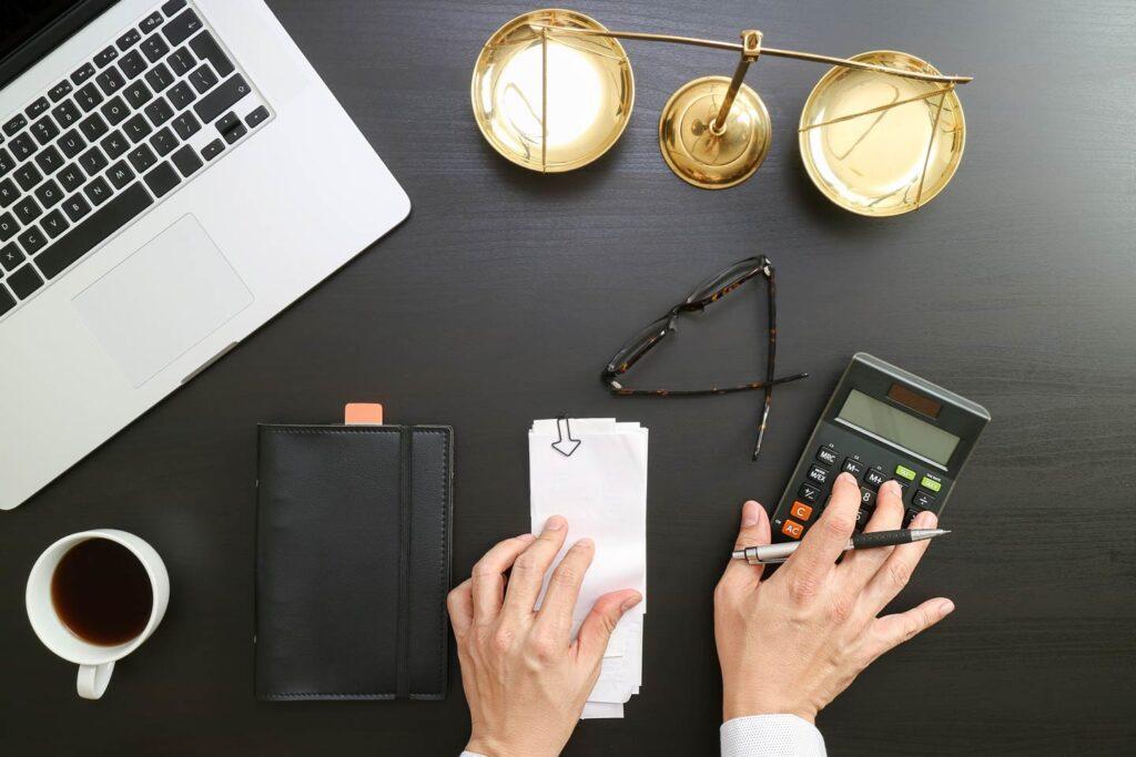 Advokat u kancelariji racuna porez